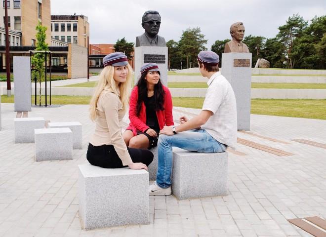 TTÜ tudengid akadeemikute alleel