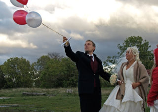 Noorpaar õhupalle lendu laskmas